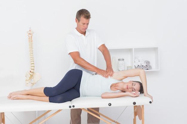 Médecin examinant son bras patient