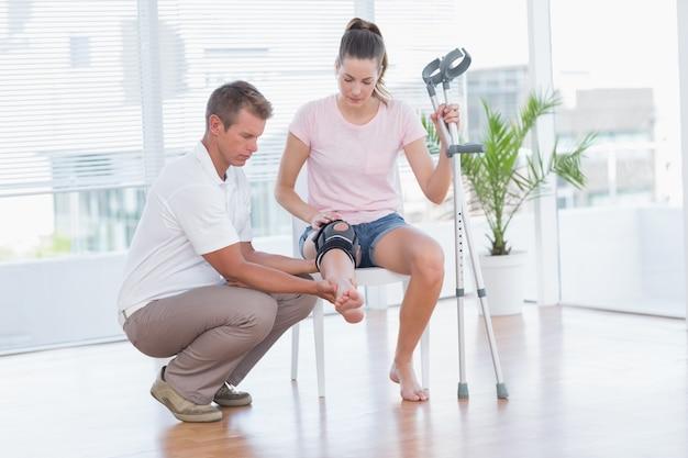 Médecin examinant son genou patient