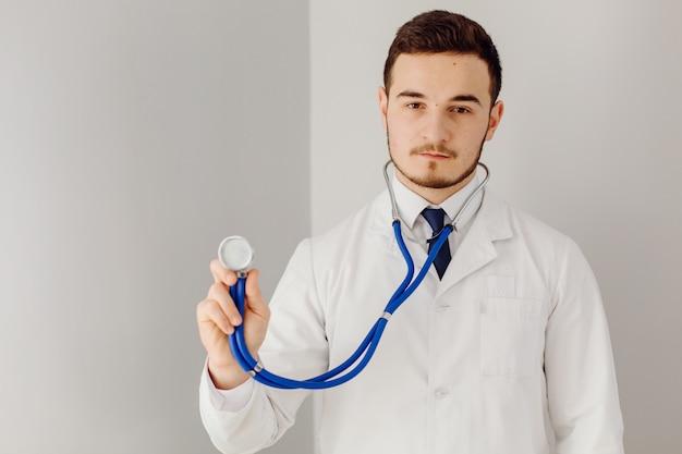 Le médecin examine le patient. concept de médecine et de soins de santé.