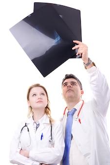 Un médecin examine les rayons x