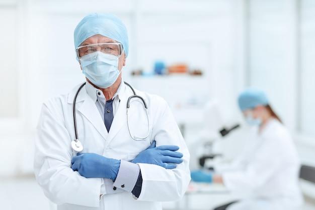 Médecin en exercice debout dans un laboratoire médical