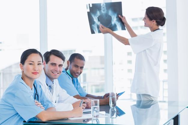 Médecin expliquant la radiographie à son équipe