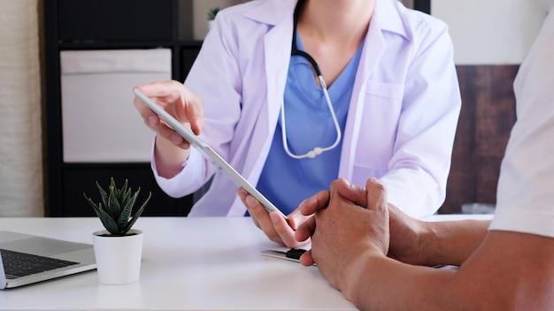 Le médecin explique au patient à la clinique médicale ou à l'hôpital. soins de santé et bien-être.