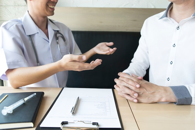 Le médecin a expliqué comment prendre soin de la santé des patients hypertendus.