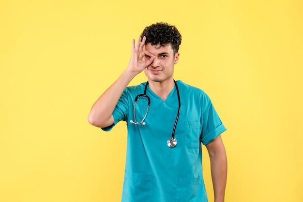 Médecin de face, le médecin dit que tout ira bien