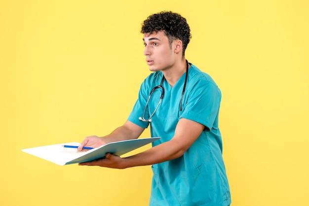 Médecin de face, le médecin avec des documents pose des questions sur les patients atteints de coronavirus