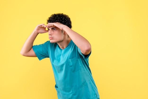 Médecin de face, un médecin est sûr que les gens se remettront du coronavirus