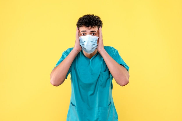 Médecin de face, le médecin est surpris de découvrir une nouvelle complication après un coronavirus