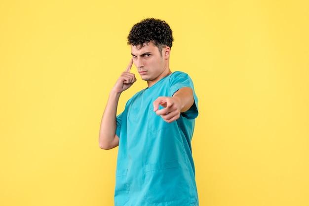 Médecin de face, un médecin estime que tout ira bien