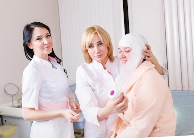 Un médecin fait un pansement sur le patient principal à la clinique