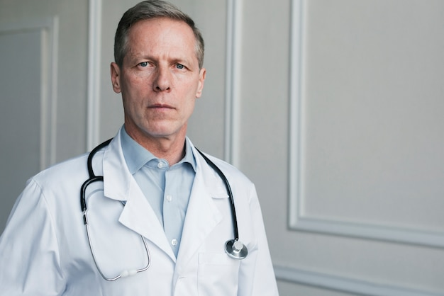 Médecin de famille dans un cabinet de médecin