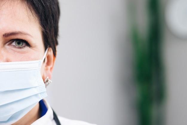 Médecin de famille en masque facial