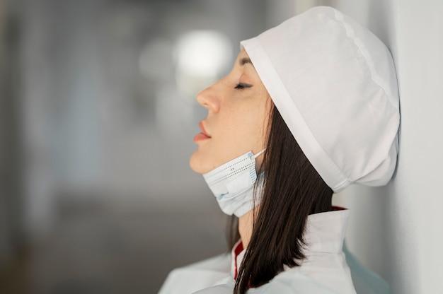 Médecin fatigué après un long quart de travail à l'hôpital
