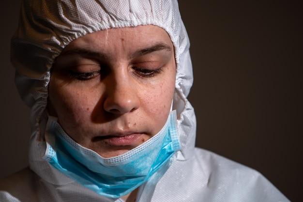 Médecin fatigué et triste après le traitement
