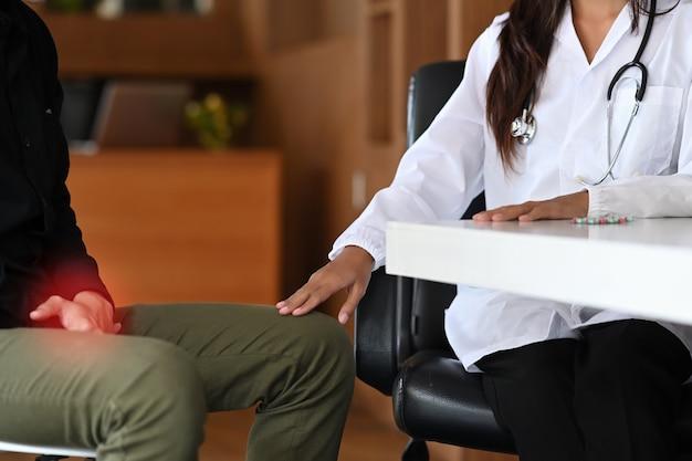Le médecin fournit actuellement des conseils et des conseils à un patient de sexe masculin souffrant de prostatite ou de maladie vénérienne.