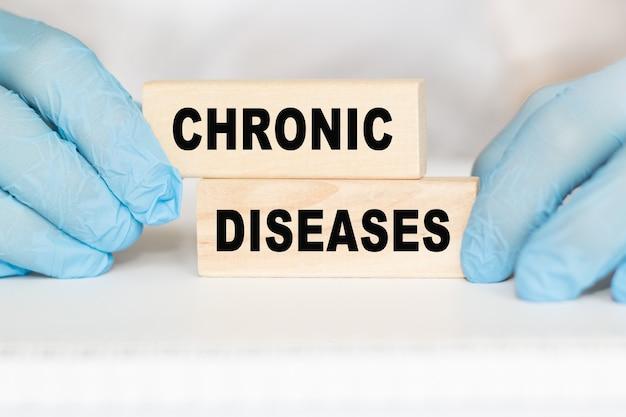 Médecin avec des gants tenant du texte: maladies chroniques