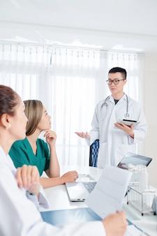 Médecin généraliste parlant à des collègues
