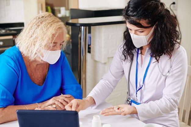 Médecin généraliste prescrivant des médicaments