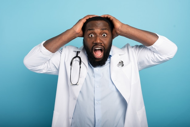 Médecin avec un geste effrayé