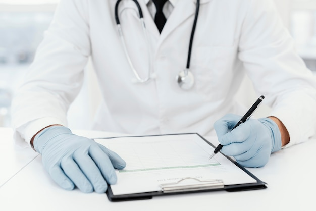Médecin gros plan écrit sur papier