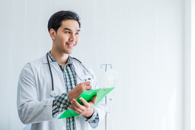 Médecin heureux avec un presse-papiers