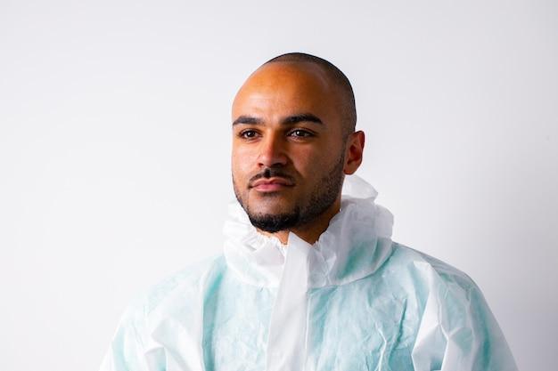 Médecin de l'homme afro-américain en uniforme de protection sur fond blanc