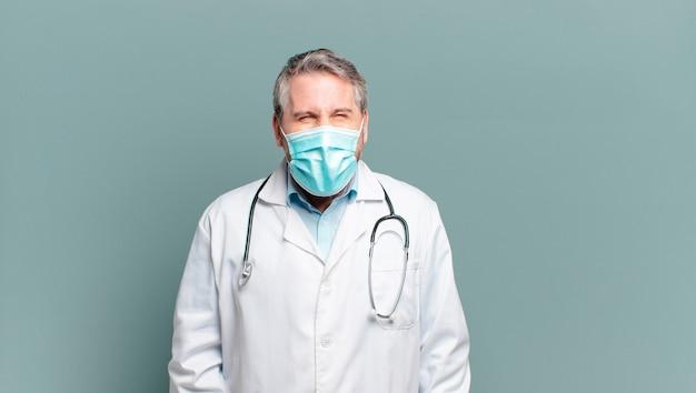 Médecin de l'homme d'âge moyen avec un masque de protection