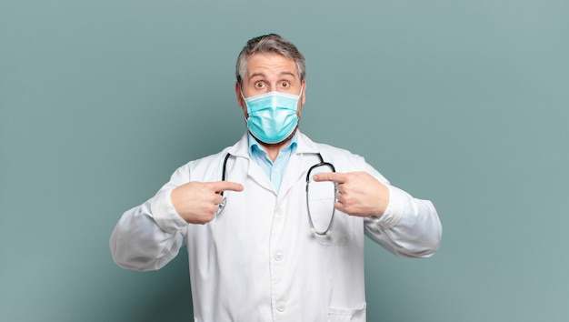Médecin homme d'âge moyen avec un masque de protection