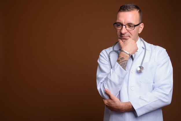 Médecin de l'homme portant des lunettes sur marron