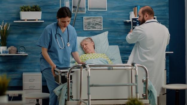 Médecin et infirmière se précipitant pour aider le patient malade à la réanimation