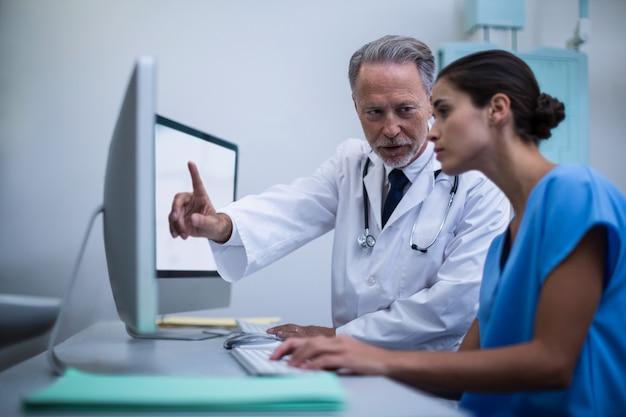 Médecin et infirmière travaillant sur ordinateur