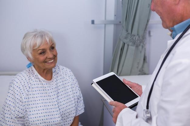 Médecin interagissant avec un patient senior en salle