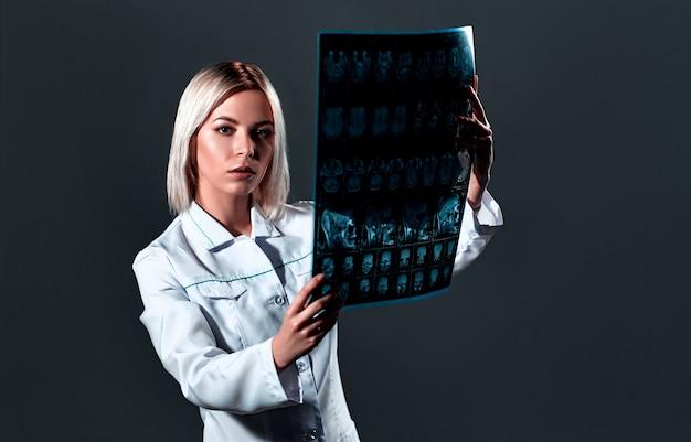 Médecin jeune femme avec un stéthoscope