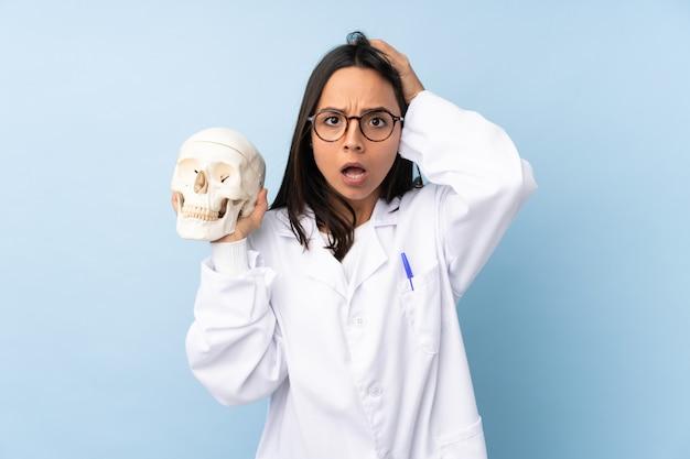 Médecin légiste avec expression surprise