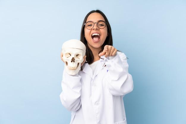 Médecin légiste femme surprise et pointant vers l'avant
