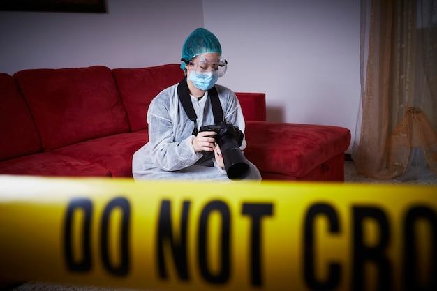 Médecin légiste travaillant sur une scène de crime