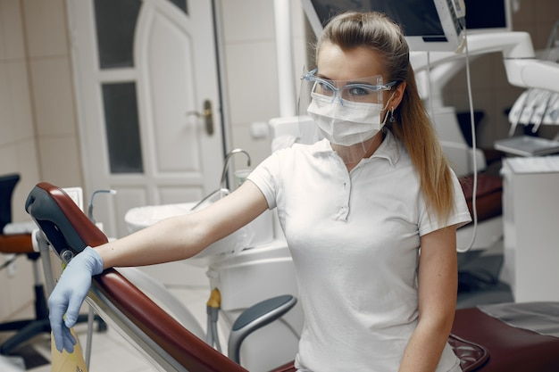 Médecin à lunettes.femme regardant la caméra.dentiste attend le patient