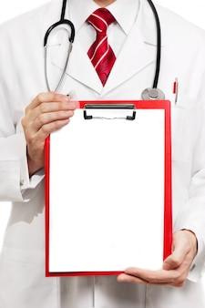 Médecin mâle avec presse-papiers