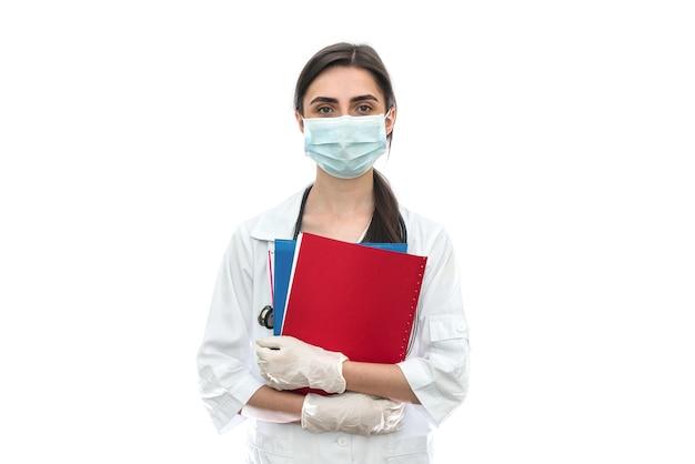 Médecin en masque avec documents isolés