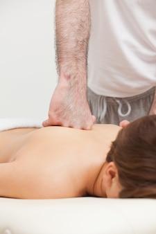 Médecin masser son patient en utilisant le dos de sa main