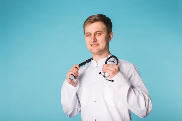 Médecin médecin homme sur fond bleu avec espace de copie