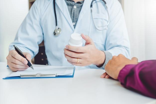Un médecin ou un médecin recommande des pilules sur ordonnance médicale à un patient de sexe masculin