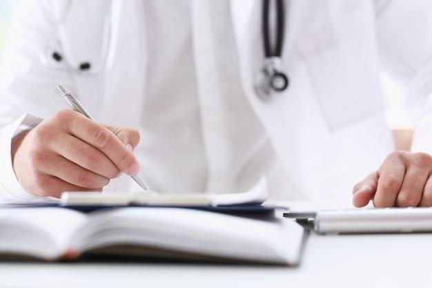 Médecin de médecine masculine main tenant argent
