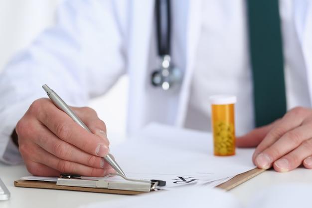 Médecin de médecine masculine main tenir le pot de pilules