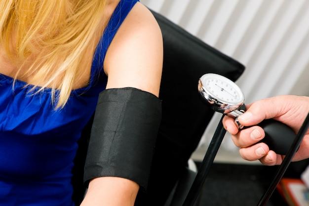 Médecin mesure la pression artérielle