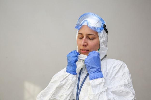 Médecin met un équipement médical à l'hôpital