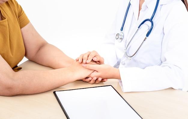 Le médecin met sa main sur la main d'un patient