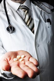 Médecin montrant pils