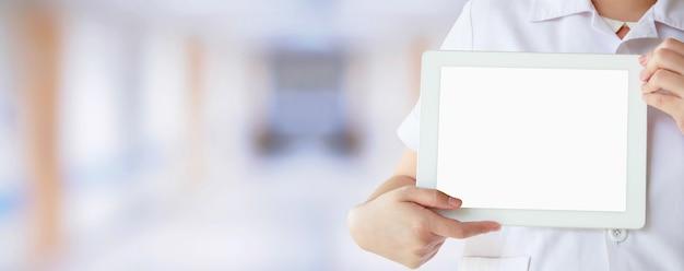 Médecin montrant une tablette numérique avec écran vide à l'hôpital