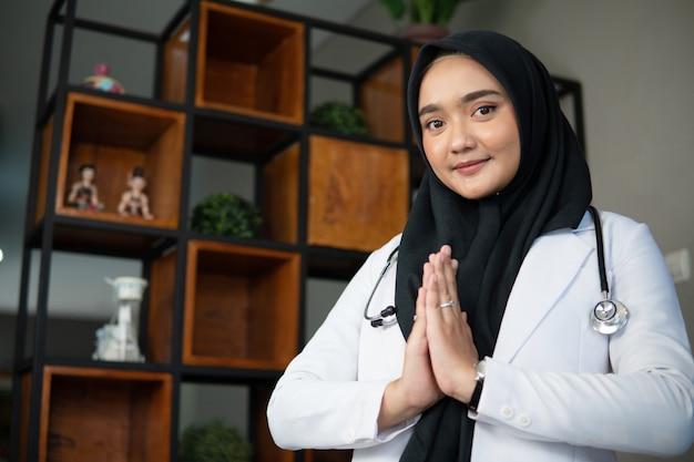 Médecin musulman travaillant dans sa clinique